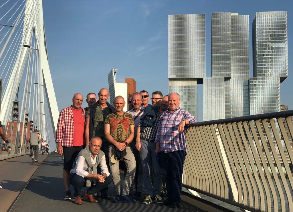 Op de Erasmusbrug, met rechts de flatgebouwen naar een ontwerp van Rem Koolhaas.