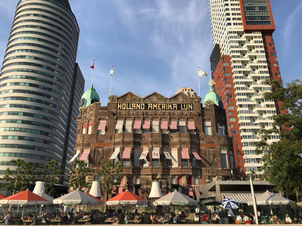 Hotel New York ingeklemd tussen hoogbouw.